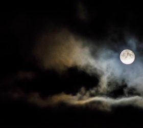 La Lune a-t-elle un impact sur notre sommeil ?